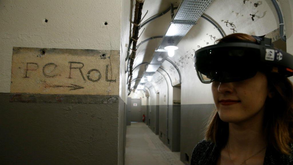 Un visitante usa gafas de realidad virtual para visitar el nuevo Museo de la Liberación de París.