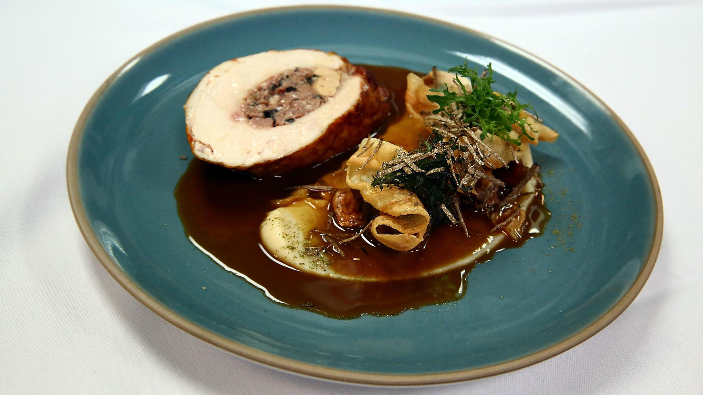 Volaille farcie au foie gras, un plat du chef Laetitia Rouabah servi à New York lors d'un événement d'Alain Ducasse, le 17 octobre 2017.
