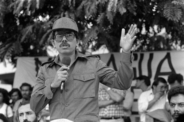 El presidente Daniel Ortega se dirige a unos 1.500 trabajadores en Managua el 4 de junio de 1985.