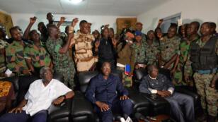 Des militaires mutins se félicitent des négociations avec le ministre de la Défense Alain-Richard Donwahi (au centre), le 7 janvier 2017.
