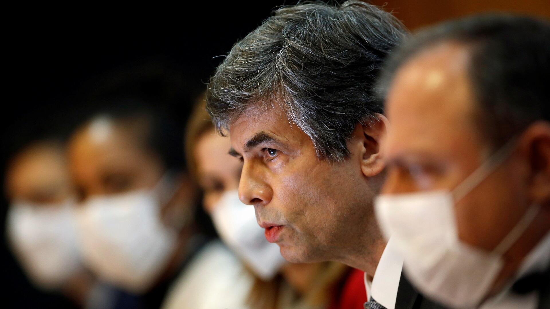 وزير الصحة البرازيلي المستقيل نلسون تيش يتحدث خلال مؤتمر صحفي بالعاصمة برازيليا وسط أزمة تفشي فيروس كورونا، 15 مايو/أيار 2020.