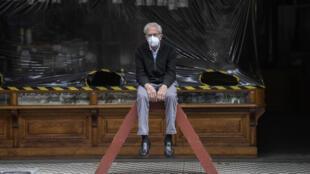 Un comerciante de cueros aguarda por clientes en el centro de Ciudad de México, el 29 de julio de 2020