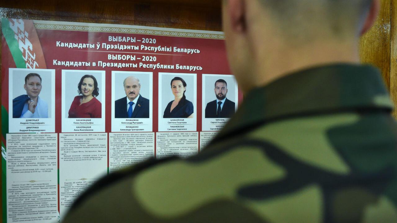 Un militaire dans un bureau de vote à Minsk, le 9 août 2020.