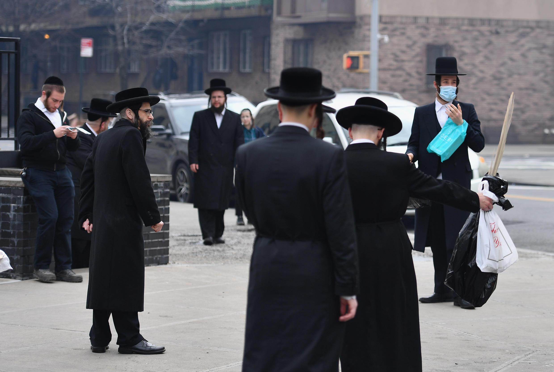 أفراد من اليهود الأرثوذكس في بروكلين بنيويورك. 8 أبريل/نيسان 2020