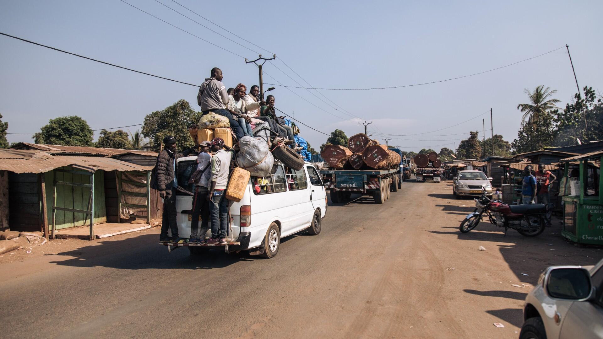 Los viajeros se ven obligados a dar marcha atrás en la Ruta Nacional 1 debido a enfrentamientos a 25 kilómetros más adelante en la ruta entre los grupos armados y el Ejército Centroafricano, apoyados supuestamente por elementos de seguridad privada rusa, en Boali, el 22 de diciembre de 2020.