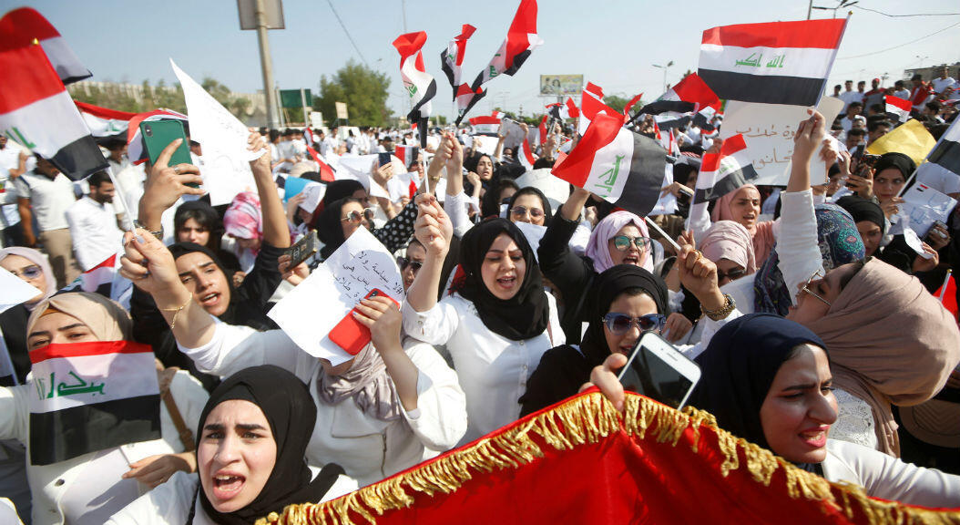 Cientos de estudiantes se unen a las protestas antigubernamentales, en Basra, Irak, el 28 de octubre de 2019.