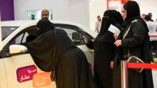 Des Saoudiennes devant une voiture à Riyad, le 13 mai 2018.