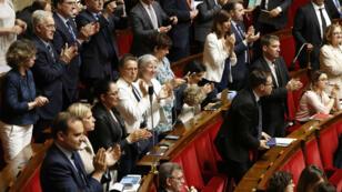 Des parlementaires applaudissent après le vote à l'Assemblée nationale de la loi de réforme ferrovaire, le 13 juin 2018.