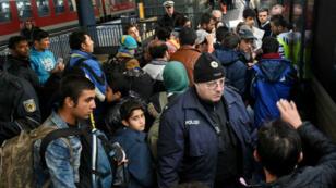 Des migrants arrivent à la gare de Copenhague, le 12 novembre 2015.