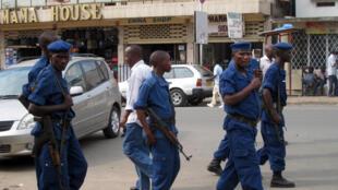 Patrouilles de la police burundaise dans les rues de Bujumbura, la capitale.