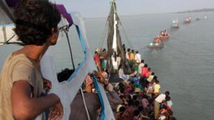 Un bateau de Rohingyas sauvé de la dérive par des pêcheurs indonésiens, le 20 mai 2015, au large d'Aceh.