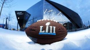 Vista del balón de la Super Bowl LII ante el estadio Bank Stadium de Minneapolis. 31/1/17