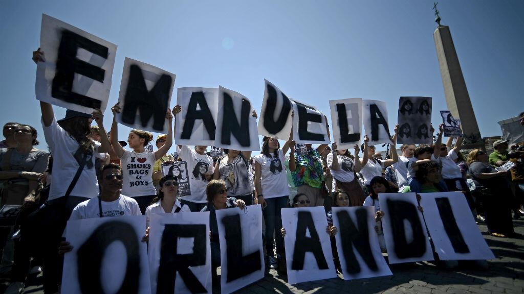 En esta foto tomada el 27 de mayo de 2012, manifestantes sostienen pancartas con el nombre de Emanuela Orlandi, durante la oración del mediodía del Papa Benedicto XVI en la plaza de San Pedro, en el Vaticano.