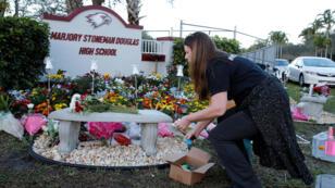 Suzanne Devine Clark rinde tributo a los 17 estudiantes que murieron un año antes en el tiroteo en el Marjory Stoneman Douglas High School en Parkland, EE. UU. 14 de febrero de 2019