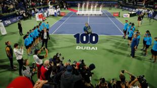 Roger Federer se alza con el trofeo después de ganar la final contra Stefanos Tsitsipas, en Dubai, el 2 de marzo de 2019.