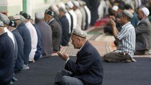 أويغور مسلمون في أقليم شينجيانغ يقيمون الصلاة في أحد المساجد