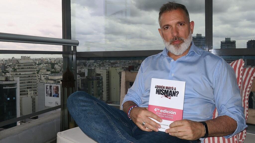 """El periodista y abogado argentino Pablo Duggan acaba de lanzar su libro """"¿Quién mató a Nisman?"""", en el que contradice la versión de la justicia que habla de un asesinato y apunta al suicidio, pues dice que el fiscal se vio """"acorralado profesionalmente por sus negocios""""."""