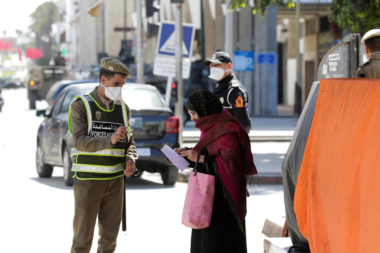 رجال الشرطة والجيش يقومون بدوريات في الشوارع للحد من تفشي فيروس كورونا في الرباط، المغرب، 23 مارس/ آذار 2020