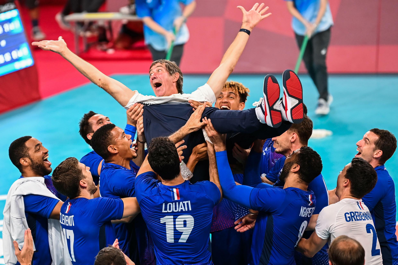 Le sélectionneur de l'équipe de France de volleyball, Laurent Tillie, porté en triomphe par ses joueurs, après leur victoire en finale, 3 sets à 2 face aux Russes, le 7 août 2021 aux Jeux Olympiques de Tokyo 2020