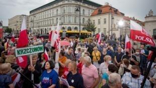 Decenas de simpatizantes del actual presidente, Andrzej Duda, que aspira a la reelección, asisten a un acto de campaña, en Varsovia, Polonia, el 26 de junio de 2020.