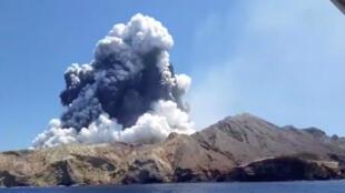 L'éruption du volcan de White Island, en Nouvelle-Zélande, lundi 9 décembre 2019.