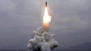 L'agence de presse officielle nord-coréenne a diffusé jeudi 3 octobre 2019 la photo du lancement d'un missile depuis un sous-marin.