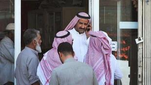 Des travailleurs étrangers, accompagnés de leurs employeurs saoudiens