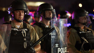 L'état d'urgence a été décrété à Ferguson après les violences qui ont éclaté dimanche à l'issue du rassemblement de commémoration.