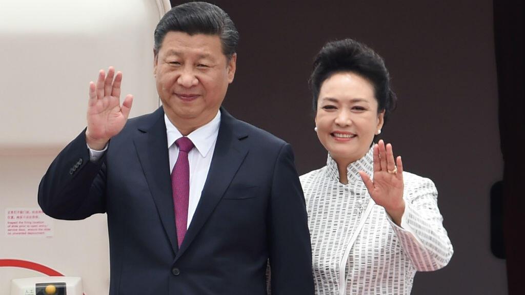 الرئيس الصيني شي جين بينغ وزوجته بينغ ليوان لدى وصولهما مطار هونغ كونغ الخميس 29 حزيران/يونيو 2017