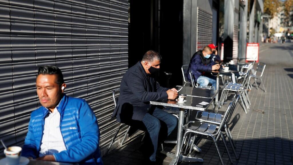 Varias personas están sentadas en la terraza de un bar de Barcelona, aprovechando la reapertura de estos establecimientos tras cinco semanas de cierre. En Barcelona, España, el 24 de noviembre de 2020.