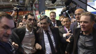 François Fillon s'est finalement rendu au Salon de l'agriculture mercredi 1er mars alors que la tempête autour du maintien de sa candidature fait rage.