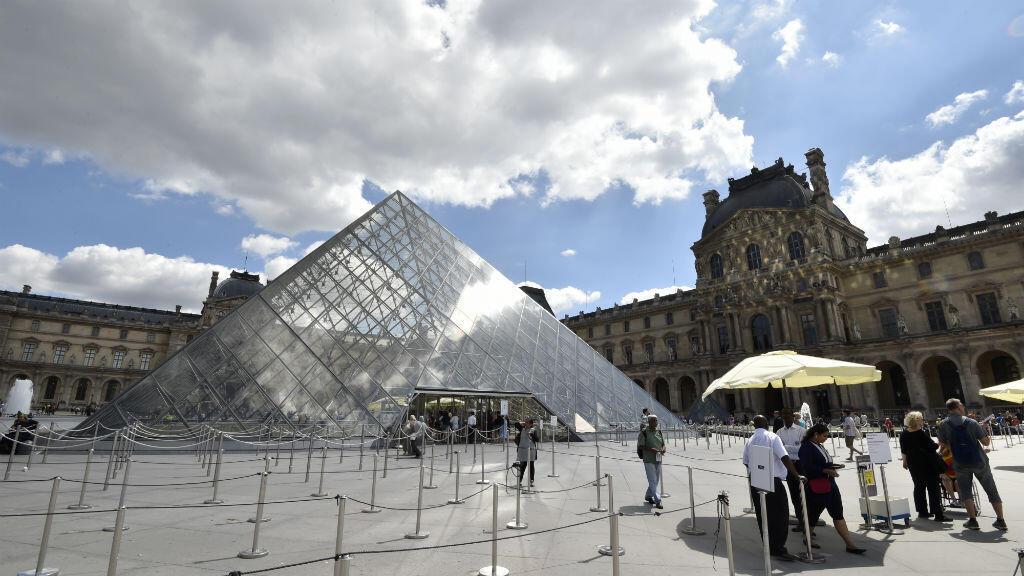 La cour du musée du Louvre paraît déserte, samedi 6 août 2016.