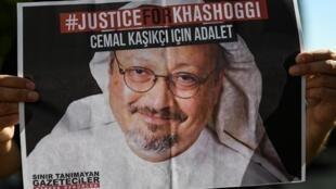 أصدقاء الصحافي السعودي جمال خاشقجي يحملون صورة له خلال فعالية في الذكرى الثانية لاغتياله، أمام القنصلية السعودية في اسطنبول في 2 تشرين الثاني/يناير 2020