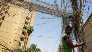 Câblage électrique dans la rue Saadoun, à Bagdad, 29 juillet 2018.