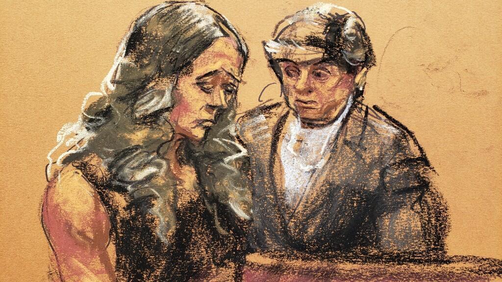 Boceto del momento de la declaración de la víctima de Jeffrey Epstein, Teala Davies, quien de pie ante el podio aseguró que el magnate la violó cuando era una adolescente.