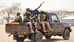Des soldats nigériens patrouillent dans la région de Diffa, le 13 mars 2015.