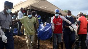 Miembros de la brigada de rescate mientras trasladaban uno de los cuerpos hallados en una de las minas de oro que se inundó tras el colapso de una represa a las afueras de Kadoma, Zimbabue, el 16 de febrero de 2019.