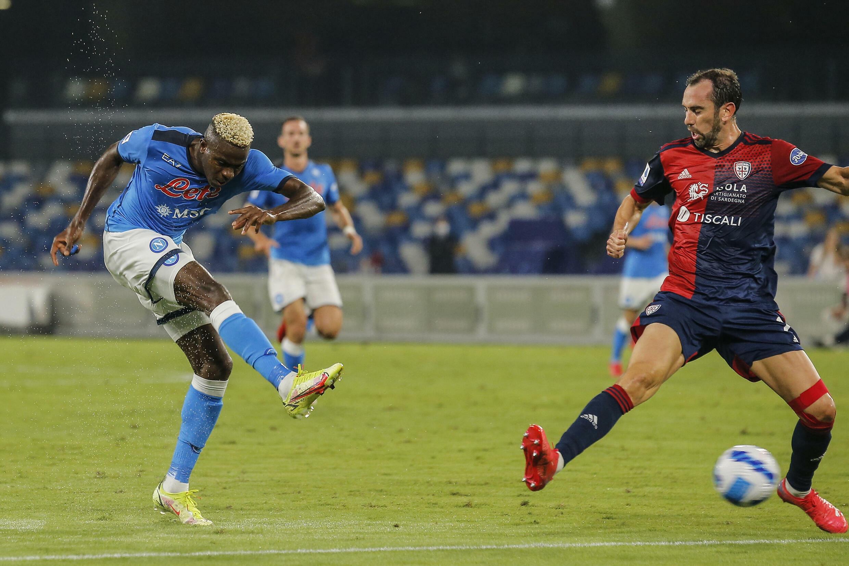 L'attaccante nigeriano del Napoli Victor Osimhem ha sconfitto il difensore uruguaiano della Cochlear Diego Cody durante la partita di Serie A del 26 settembre 2021 allo stadio Diego-Maradona.