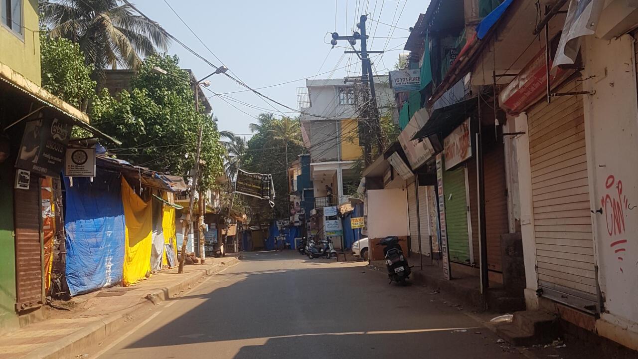 Une photo prise par Allison montrant les rues vides de Goa et les magasins fermés.