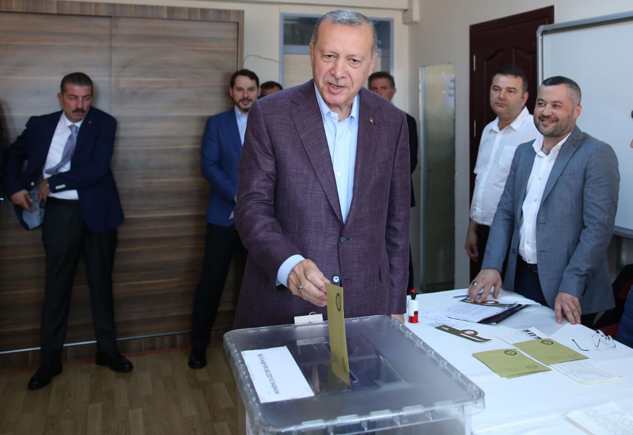 El presidente de Turquía, Recep Tayyip Erdogan, votando en Estambul.