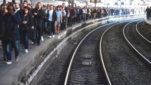 Des usagers de la SNCF sur les quais de la gare Saint-Lazare, à Paris, pendant un mouvement de grève le 19 avril 2018.