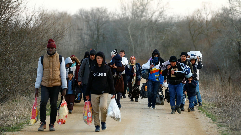 Un grupo de refugiados atraviesa la población turca de Elcili en dirección a Grecia. 1 de marzo de 2020.