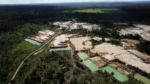 Une mine d'or illégale, située sur une zone de forêt amazonienne déboisée, près de la ville de Castelo dos Sonhos (État du Para), le 22 juin 2013.