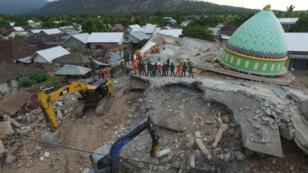 Una vista aérea de la mezquita de Jamiul Jamaah derrumbada donde los trabajadores de rescate y los soldados buscan víctimas del terremoto.