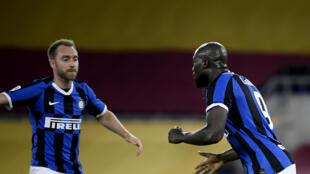 Les joueurs de l'Inter Milan Christian Eriksen (g) et Romelu Lukaku sur le terrain de l'AS Rome le 19 juillet 2020