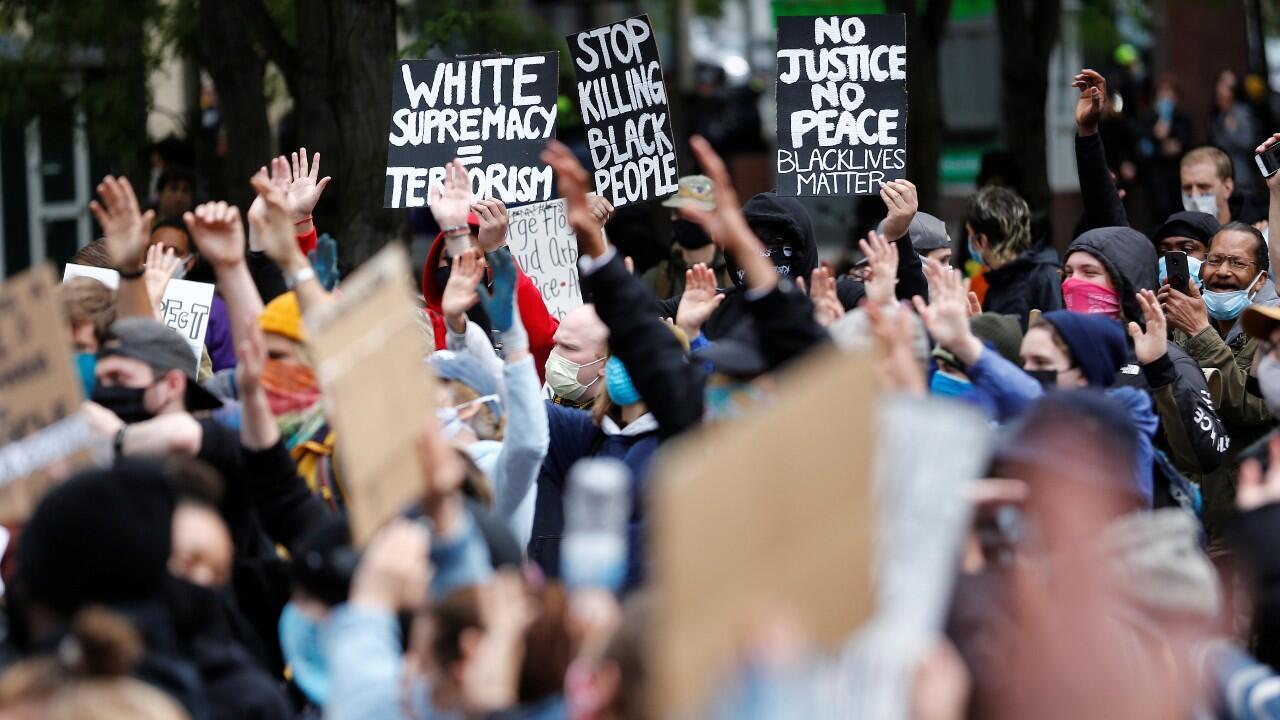 Decenas de personas participan en una manifestación contra la muerte del afroamericano, George Floyd, a manos de un policía en Minneapolis. En Washington D.C., Estados Unidos, el 31 de mayo de 2020.