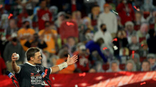 Tom Brady celebra el triunfo del Super Bowl del domingo con los aficionados de los Tampa Bay Buccaneers.