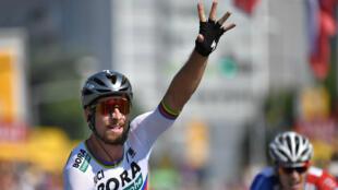 Le champion du monde, le Slovaque Peter Sagan, a remporté la deuxième étape du Tour de France, dimanche 8 juillet, à La Roche-sur-Yon.