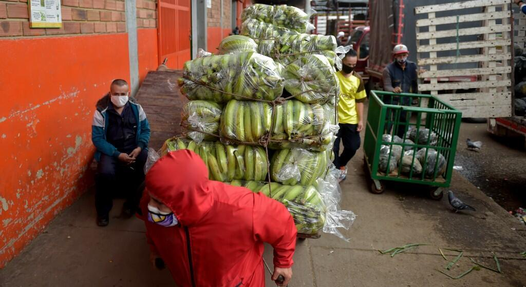 La gente trabaja en el mercado mayorista de la plaza Corabastos del barrio Kennedy, una de las zonas con más casos positivos de COVID-19 en Bogotá, el 3 de junio de 2020.