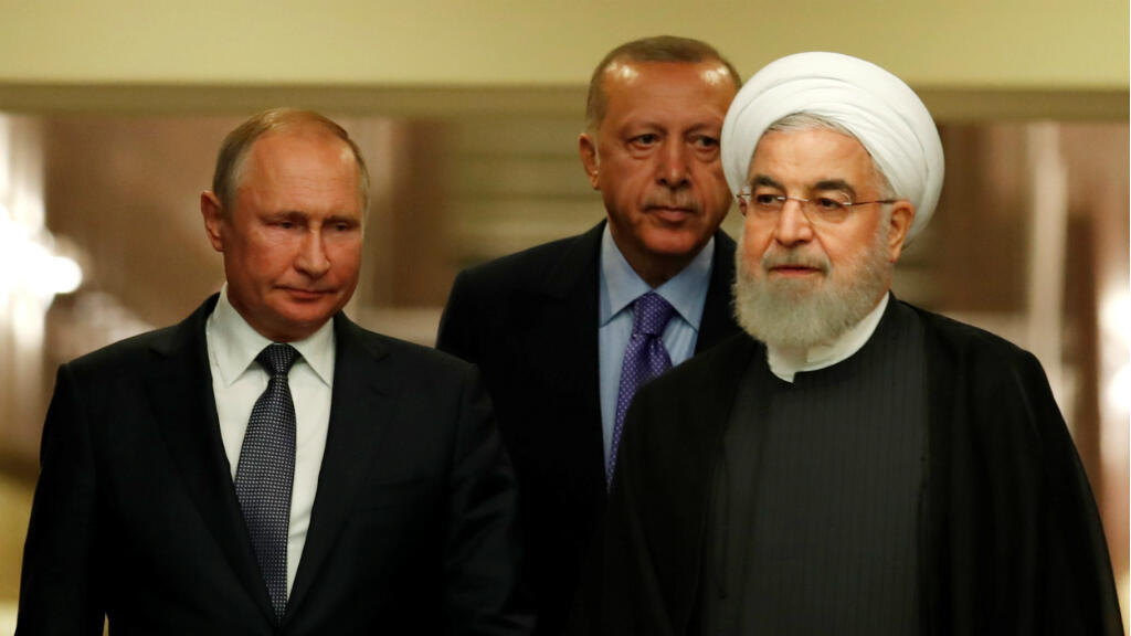 El presidente ruso Vladimir Putin, su homólogo turco Recep Tayipp Erdogan y el mandatario iraní, Hasan Rohaní, se dirigen a una rueda de prensa tras la cumbre trilateral sobre la guerra de Siria en Ankara, Turquía, el 16 de septiembre de 2019